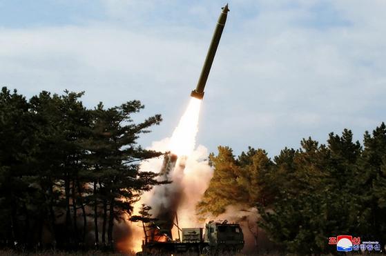 북한이 지난 2일 전선 장거리포병구분대의 화력타격훈련 중 쏘아올린 초대형 방사포 발사 장면. [조선중앙통신 홈페이지 캡처]