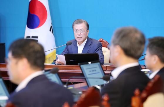 문재인 대통령이 9일 오후 청와대에서 수석·보좌관 회의를 주재하고 있다. 연합뉴스