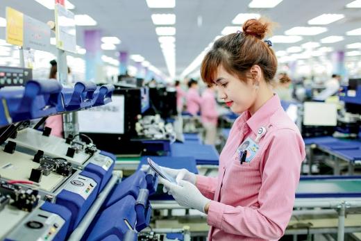 베트남 복합단지 갤럭시 생산라인에서 직원이 제품을 살펴보고 있다. [삼성전자]