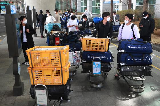 8일 일본 오키나와에서 귀국한 삼성 라이온즈 선수들이 인천공항에서 구단 버스를 기다리고 있다. [연합뉴스]