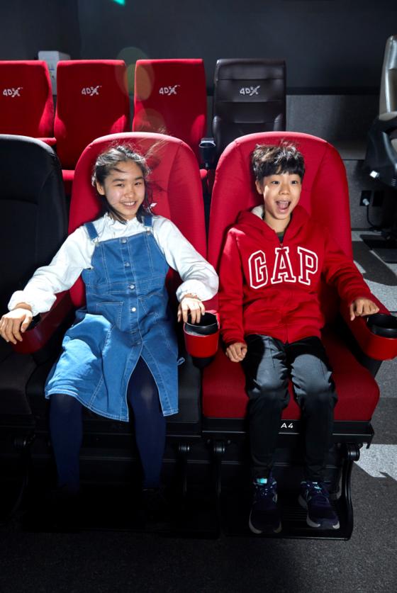 [소년중앙] 영화 속 해리와 눈 맞고 빗자루 타고…실감 나는 4DX 한국 단독 기술이죠