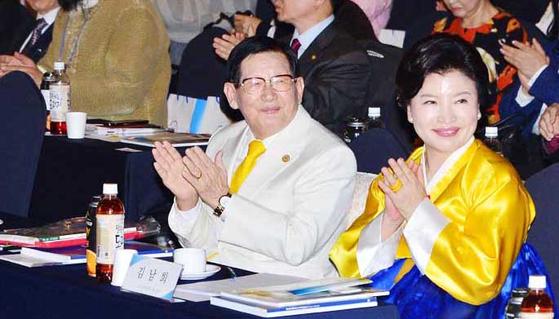 신천지 이만희 총회장과 김남희 전 신천지 압구정센터 원장이 행사에 함께 참석하고 있는 모습. [사진 뉴시스]