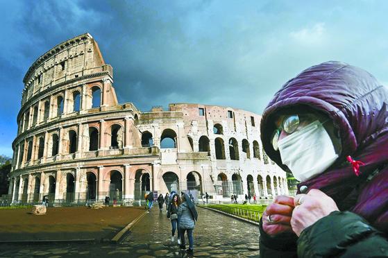 7일(현지시간) 방역 마스크를 쓰고 이탈리아 로마 콜로세움을 지나는 남성. [AFP=연합뉴스]