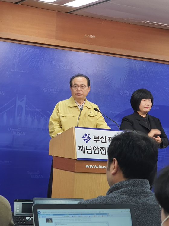 9일 기자회견하는 오거돈 부산시장. 황선윤 기자