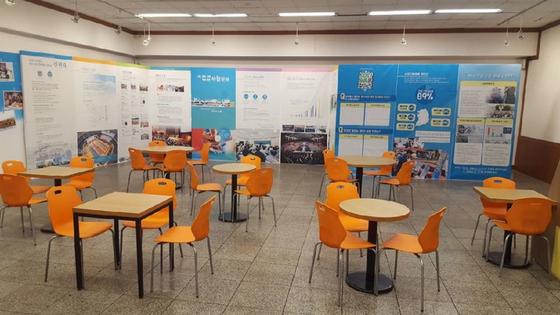 신천지 대구교회 1층 휴게실. 오렌지색 의자가 눈에 띈다. 이곳에서 교인들은 음식을 나눠 먹기도 한다. [사진 독자]