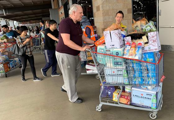 지난달 29일 미국 캘리포니아주 로스앤젤레스의 한 마트에서 코로나19 확산에 따른 물품 부족을 우려한 시민들이 물, 음식과 휴지 등을 대량 구매하고 있다. AFP=연합뉴스