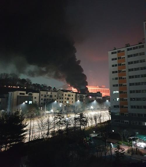 경기 화성시 삼성전자 반도체 공장에서 8일 오후 불이 나 검은 연기가 치솟고 있다. 연합뉴스
