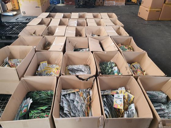 지난달 경기도 김포시 한 창고에서 판매업자들이 사재기한 마스크 2만9000장이 상자에 담긴 채 쌓여 있다. 최근 마스크 품귀현상이 지속하면서 사재기와 사기 판매행위가 벌어지고 있다. 연합뉴스