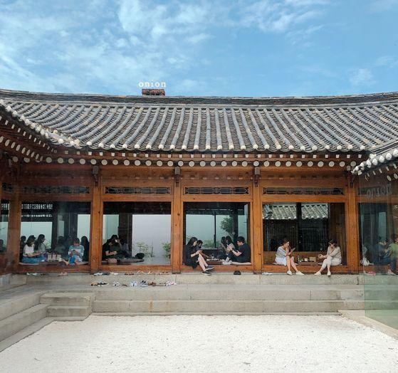 조선시대 포도청에서 요정과 한정식집을 거쳐 증축을 거듭했던 100년된 한옥을 카페로 재생했다. 버려진 것에 대한 남다른 감수성으로 서울 곳곳의 공간을 매만지는, 카페 '어니언'의 아트 디렉터 '패브리커'의 작품이다. 유지연 기자