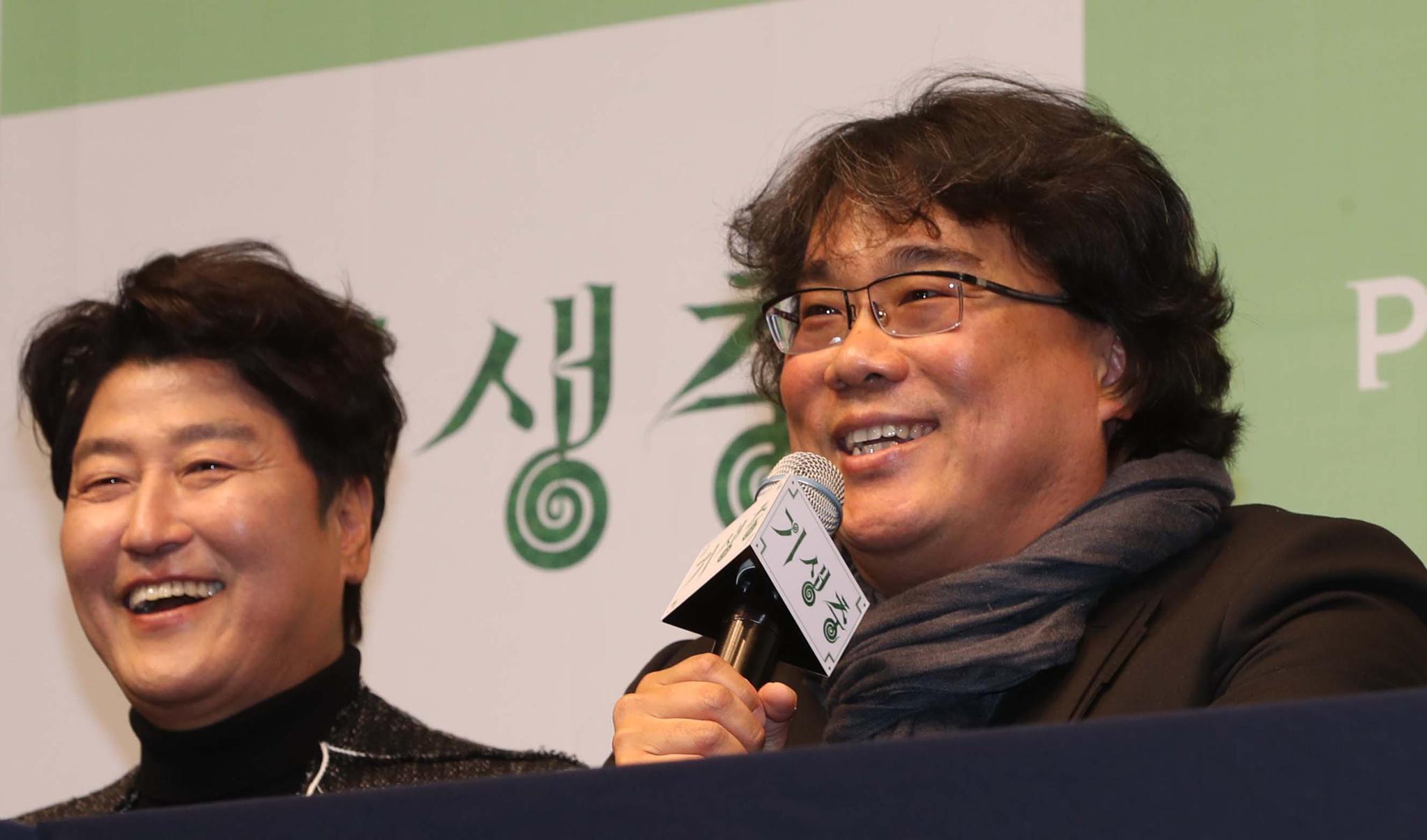 2월 19일 오전 서울 중구 웨스틴조선호텔에서 열린 '기생충' 기자회견에서 봉준호 감독이 인사말을 하고 있다. 왼쪽은 배우 송강호. 중앙포토