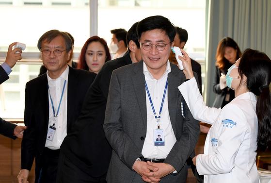 지난 24일 청와대에서 열린 문재인 대통령 주재 수석·보좌관회의에 앞서 참석자들이 발열검사를 받고 있다. 연합뉴스