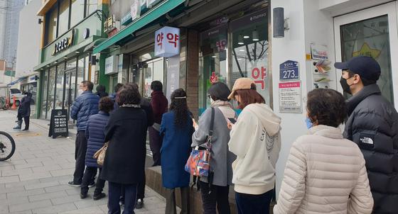 9일 오전 11시 50분쯤 서울 행당동 소재 한 약국 앞에 사람들이 줄을 서 있다. 이 약국은 낮 12시부터 마스크를 판매했다. 정희윤 기자