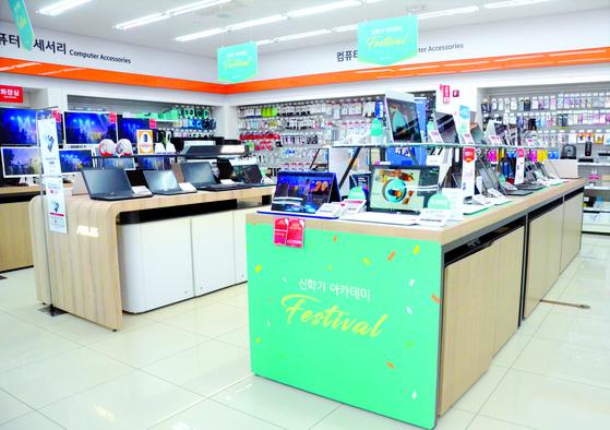지난달 23일 강원 춘천시의 한 전자제품 판매장. '코로나19' 확산 여파로 신학기 할인행사에도 인적이 끊겼다. [뉴스1]