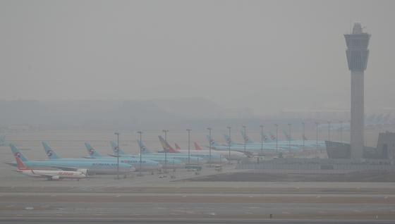 10일 오후 인천국제공항에 항공기들이 멈춰서 있다. 연합뉴스