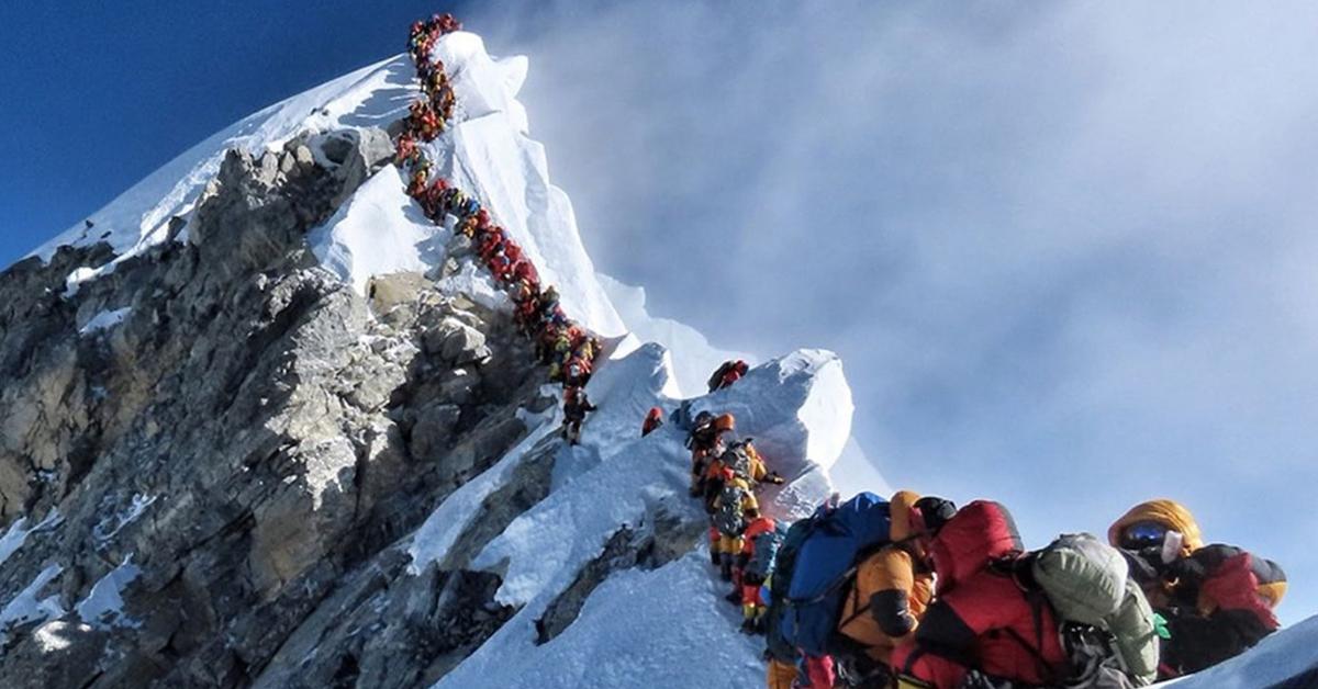 등반객들 '병목현상'이 일어나고 있는 세계 최고봉 에베레스트 능선. AFP=연합뉴스
