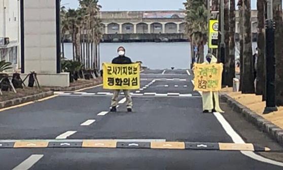 제주해군기지 반대 활동가들이 7일 철조망을 뚫고 침입해 시위를 벌이고 있다. [페이스북 캡쳐]