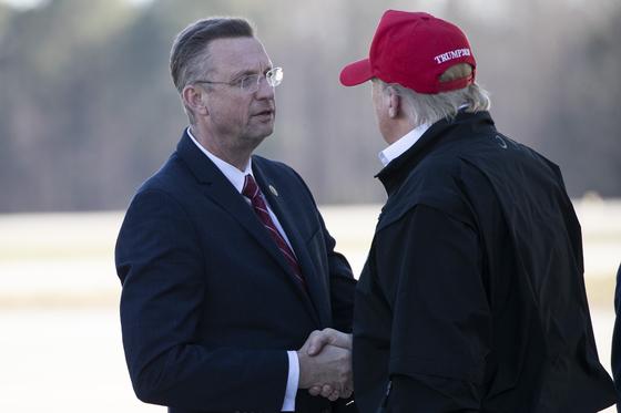 더글러스 콜린스 공화당 하원의원이 지난 6일 조지아주를 방문한 도널드 트럼프 대통령과 악수하고 있다. 콜린스 의원은 코로나19 확진자와 접촉한 뒤 트럼프 대통령과 접촉했다. [AP=연합뉴스]