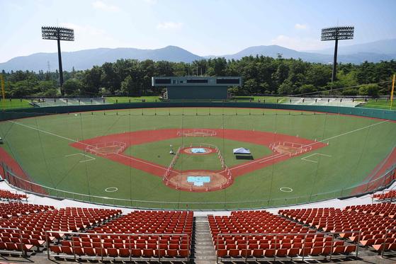 일본은 도쿄올림픽을 '부흥 올림픽'이라 부르며 2011년 동일본 대지진으로 가장 큰 피해를 입은 후쿠시마현 현영 아즈마구장에서 야구경기를 치를 계획이다. 아즈마구장 사진은 지난해 8월 3일 촬영됐다. [AFP=연합뉴스]