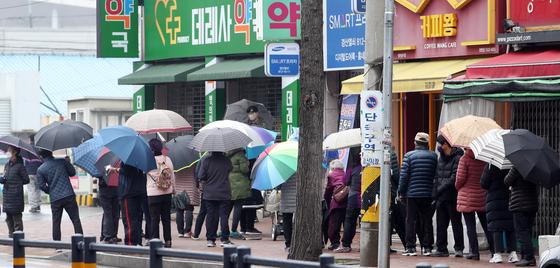 '마스크 5부제' 시행 이틀째이자 화요일인 10일 오전 경북 경산시 한 약국 앞에 마스크를 사려는 시민들이 길게 줄지어서 기다리고 있다. [연합뉴스]