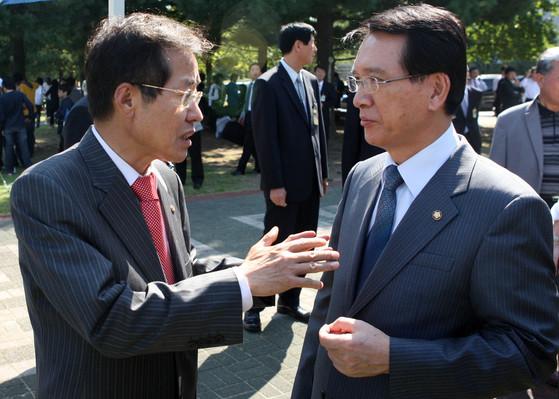 2008년 10월 1일 당시 김형오 국회의장(右)과 홍준표 한나라당 원내대표가 국회에서 이야기를 나누는 모습. [중앙포토]