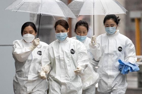 전국적으로 봄비가 내리는 10일 오전 대구시 신종 코로나바이러스 감염증(코로나19) 지역거점병원인 계명대학교 대구동산병원에서 의료진들이 우산을 쓰고 발걸음을 옮기고 있다. [뉴스1]