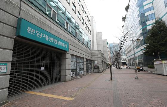 9일 병원 내 집단 감염으로 출입이 통제되고 있는 경기도 성남시 분당제생병원 별관 후문 일대. [연합뉴스]