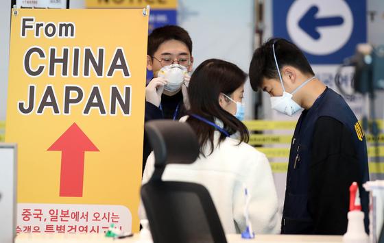 한일 두 나라 간 상호 무비자 입국이 중단된 9일 인천국제공항 2터미널에서 일본발 여객기를 타고 도착한 승객들이 검역과 연락처 확인 등의 특별입국절차를 거치고 있다. 김성룡 기자