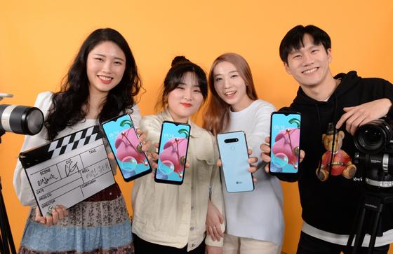 LG전자가 유튜브 채널 '이십세들'과 함께 보급형 스마트폰 'Q51' 온라인 마케팅에 나선다고 10일 밝혔다. [사진 LG전자]