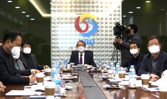 정운찬 한국야구위원회(KBO) 총재(가운데)를 비롯한 각 구단 사장들이 코로나19로 인한 정규시즌 연기를 논의했다. [뉴스1]