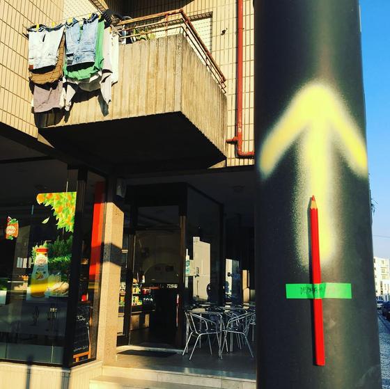 산티아고 가는길을 가리키는 노란 화살표. 각종 다양한 방법으로 표현되어 도시를 장식하기도 한다. [사진 박재희]
