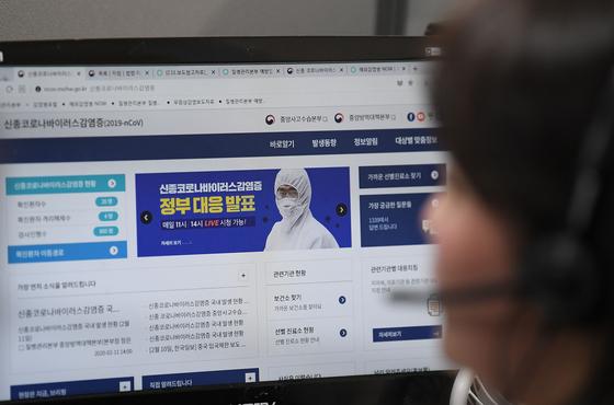해당 사진은 에이스손해보험 콜센터 집단감염과는 무관합니다. 지난달 11일 서울 영등포구 질병관리본부 1339 콜센터에서 직원들이 신종 코로나바이러스 감염증 관련 상담전화를 받고 있다. [사진공동취재단]