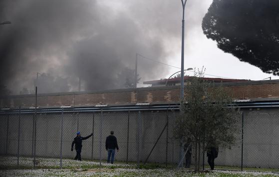 지난 9일 이탈리아 로마의 한 교도소에 화재가 발생해 까만 연기가 피어오르고 있다. 이 교도소에서는 신종 코로나 감염증(코로나19) 확산 방지를 위해 정부가 면회를 제한하자, 재소자들이 폭동을 일으켰다. [신화통신=연합뉴스]