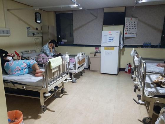 제보자가 전해준 상주적십자 병원 모습. 환자복 대신 수면바지를 입고 있는 모습이 보인다. [사진 독자]