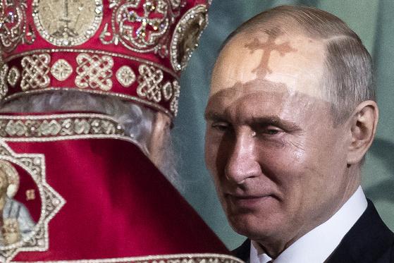 지난해 4월 러시아정교회 행사에 참석 중인 블라디미르 푸틴 러시아 대통령.          [AP=연합뉴스]