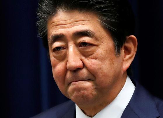 아베 신조 일본 총리가 지난달 29일 기자회견에서 전국 일제 휴교 요청 등의 배경에 대해 설명하고 있다. [로이터=연합뉴스]