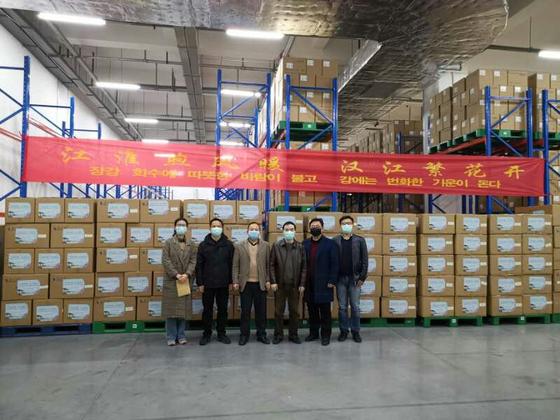 중국 안후이성이 강원도에 기부할 코로나19 방역물품. 상자 안에는 마스크 9만9000장과 방호복 700장, 격리복 1500장이 들어있다. [사진 강원도]