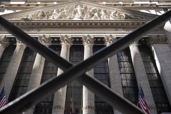 9일(현지시간) 미국 뉴욕증권거래소(NYSE) 정문. 이날 미국 다우존스산업평균지수가 2000포인트 넘게 하락하는 등 폭락 장세가 나타났다. 연합뉴스