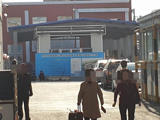 북한이 지난해 대중국 무역에서 최대의 적자를 기록했다. 중국 단둥시 당국은 북·중 교역의 관문 역할을 하는 단둥 도로통상구(公路口岸) 개보수 작업을 하며 북한과의 교류를 준비했지만 신종 코로나바이러스 감염증 확산으로 북한이 국경을 봉쇄하면서 이마저도 여의치 않다는 지적이다. [사진 연합뉴스]