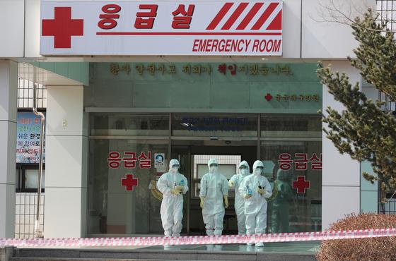 지난 5일 경북 경산시 국군대구병원에서 군 의료진이 방호복을 입고 응급실을 나서고 있다. 뉴스1