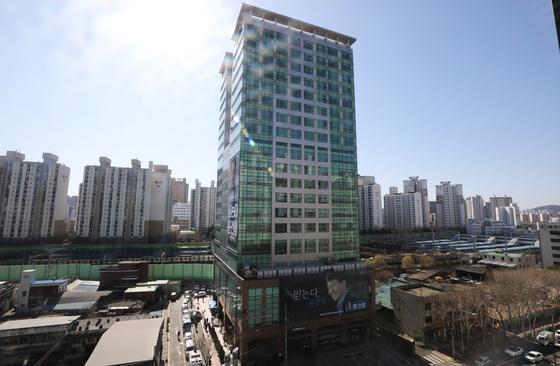 서울 구로구 신도림동 콜센터에 발생한 신종 코로나바이러스 감염증(코로나19) 확진자가 90명으로 늘어났다. 사진은 11일 콜센터가 위치한 서울 코리아빌딩 모습. 뉴스1