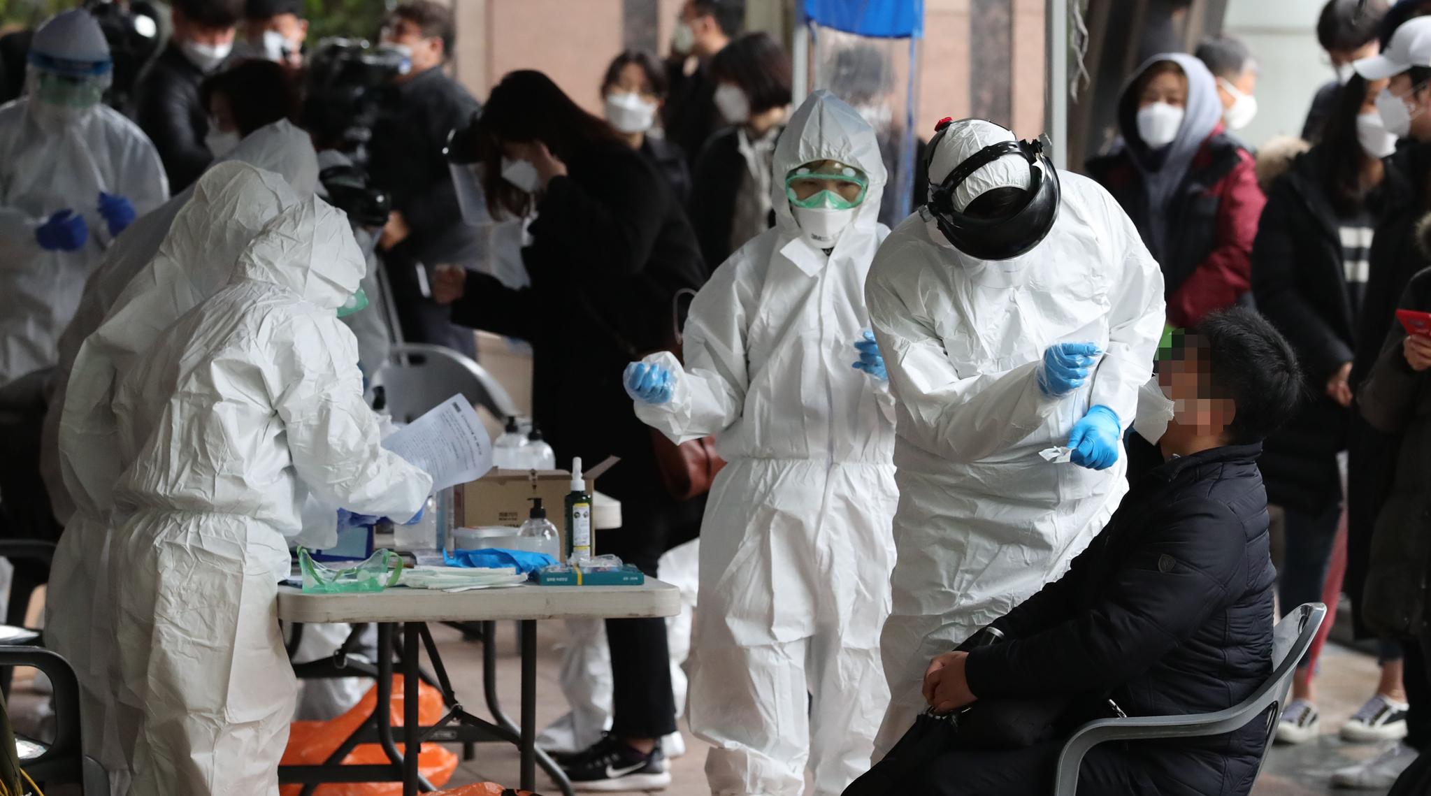 10일 오전 신종코로나바이러스 감염증(코로나19) 확진자가 무더기로 발생한 서울 구로구 코리아빌딩에 마련된 선별진료소에서 구로구보건소 관계자가 검체 채취를 하고 있다. 연합뉴스
