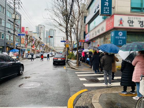 마스크 5부제 둘 째날 서울시 광진의 한 약국 앞에 마스크 구매 행렬이 늘어서 있다. 허정원 기자.