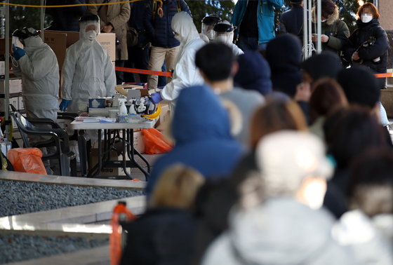 11일 오전 코로나19 확진자가 무더기로 발생한 서울 구로구 신도림동 코리아빌딩 앞 선별진료소에서 시민들이 검사를 위해 줄을 서 있다. [연합뉴스]