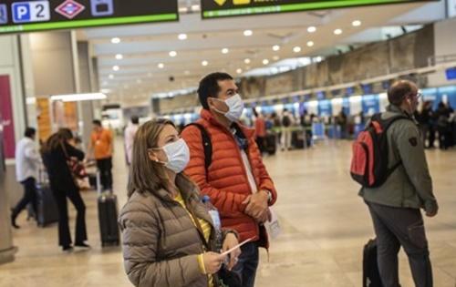 11일 마스크를 쓴 채 스페인 마드리드 국제공항에 있는 시민들. AP=연합뉴스