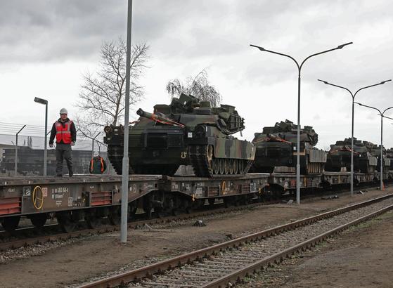 '디펜더 2020'에 참가할 미국 육군의 기갑 장비가 열차에 실려 항구로 이동하고 있다.  [사진 미 육군]