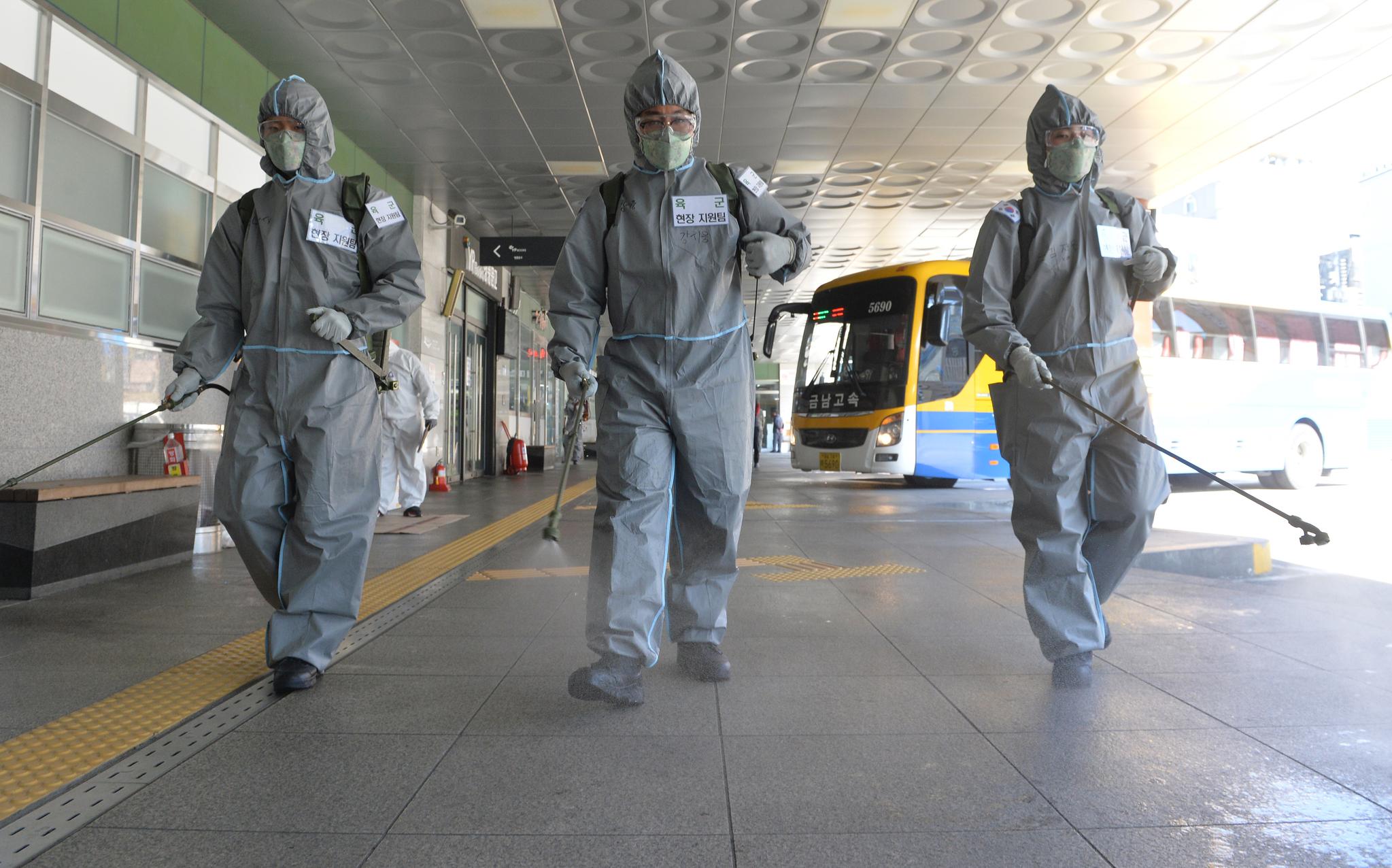 신종 코로나 바이러스 감염증(코로나19)이 전국적으로 확산되고 있는 가운데 6일 육군 제32보병사단 소속 코로나19 방역지원본부 장병들이 대전 복합터미널에서 방역작업을 실시하고 있다. 중앙포토
