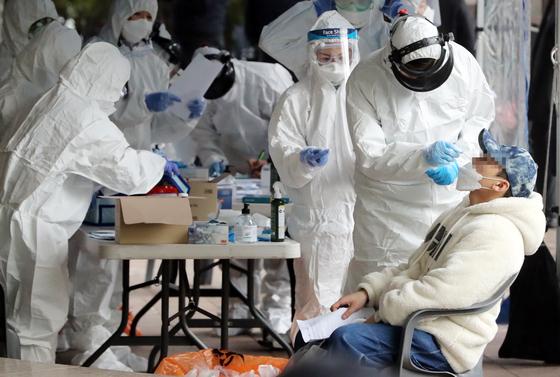 서울 구로구 신도림동 코리아빌딩 앞에 임시 검사소에서 입주자들이 검사를 받고 있다. [연합뉴스]