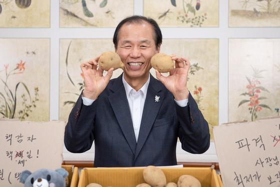 최문순 강원도지사가 11일 강원도 햇감자 10kg을 5000원에 판매한다며 홍보하고 있다. [사진 트위터]