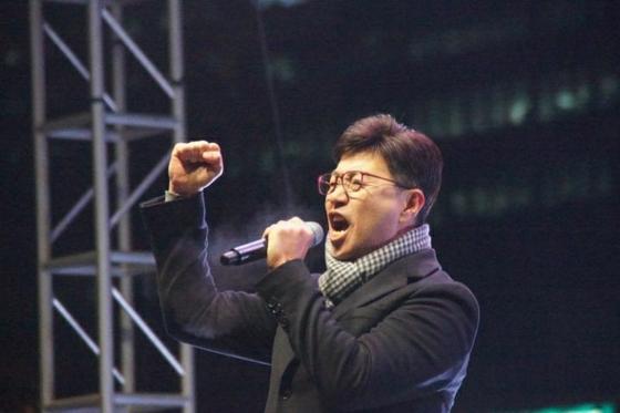 이종원 개싸움국민운동본부(개국본) 대표가 지난해 10월 서울 서초동에서 열린 집회에서 '조국 수호' '검찰 개혁' 구호를 외치고 있다. 개국본은 조국 전 법무부장관을 지지하는 이 집회를 주최했다. [중앙포토]