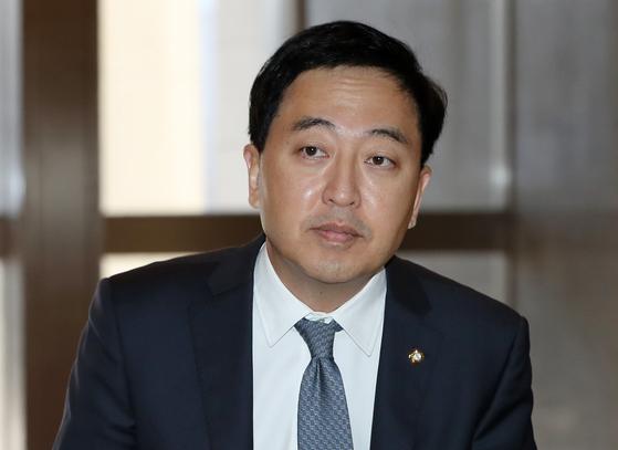 금태섭 더불어민주당 의원이 지난달 18일 오전 서울 여의도 국회에서 열린 의원총회에 참석하고 있다. [뉴스1]